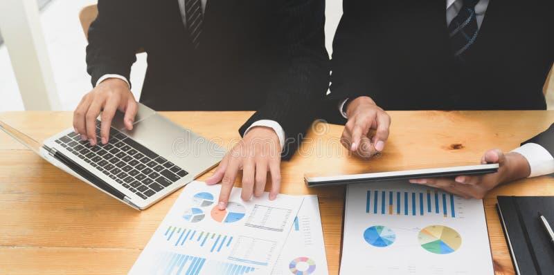 Commercieel team die de oplossing raadplegen grafieken royalty-vrije stock foto