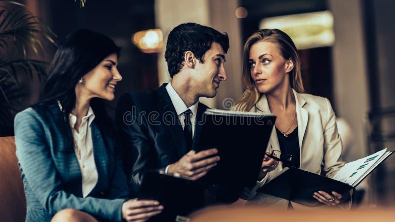 Commercieel team die discussienota's bespreken die op de laag aanwezig zijn royalty-vrije stock foto's