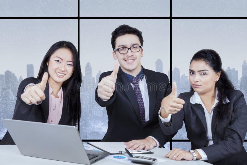 Commercieel team die duim geven stock foto