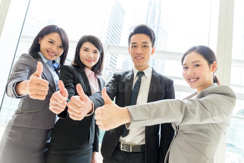 Commercieel team die duim tonen royalty-vrije stock foto