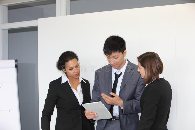 Commercieel team die een bespreking hebben royalty-vrije stock afbeelding