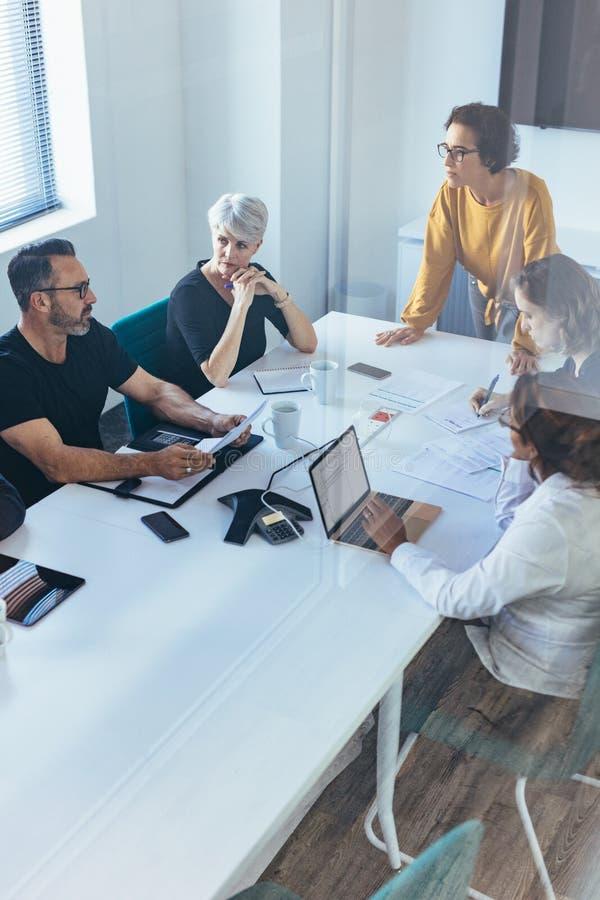 Commercieel team die een brainstormingsvergadering hebben royalty-vrije stock foto's