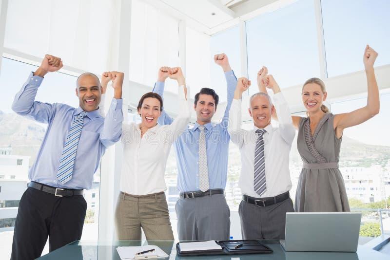 Commercieel team die een goede baan vieren stock foto