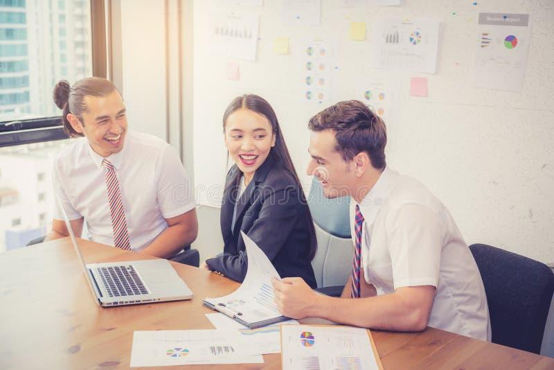 Commercieel team die een vergadering hebben die laptop met behulp van tijdens een vergadering en royalty-vrije stock fotografie