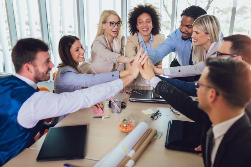 Commercieel team die eenheid met hun handen samen tonen Selectieve nadruk royalty-vrije stock foto