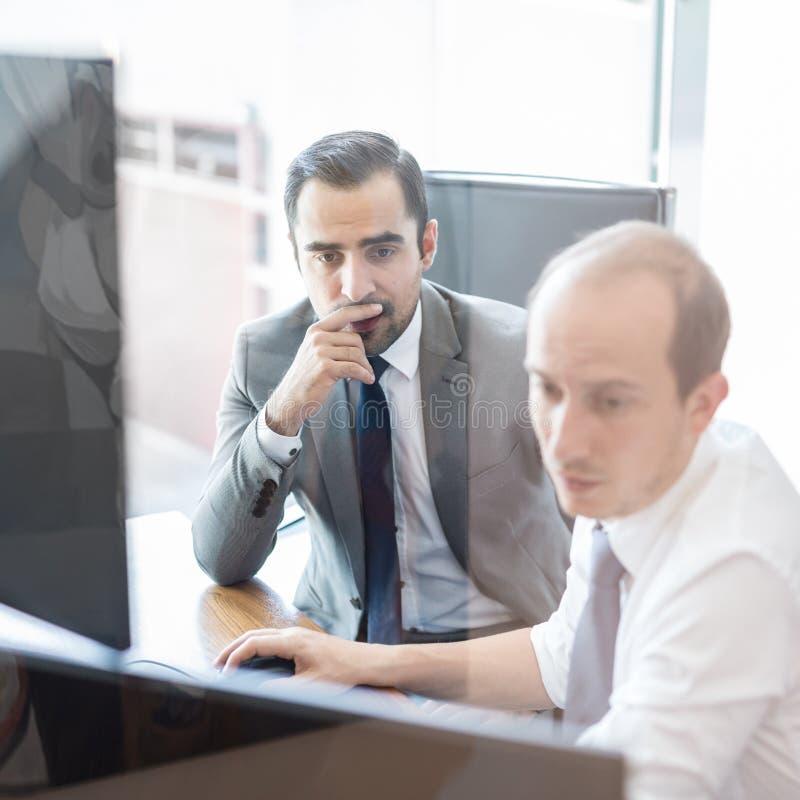Commercieel team die gegevens analyseren op commerciële vergadering royalty-vrije stock afbeelding