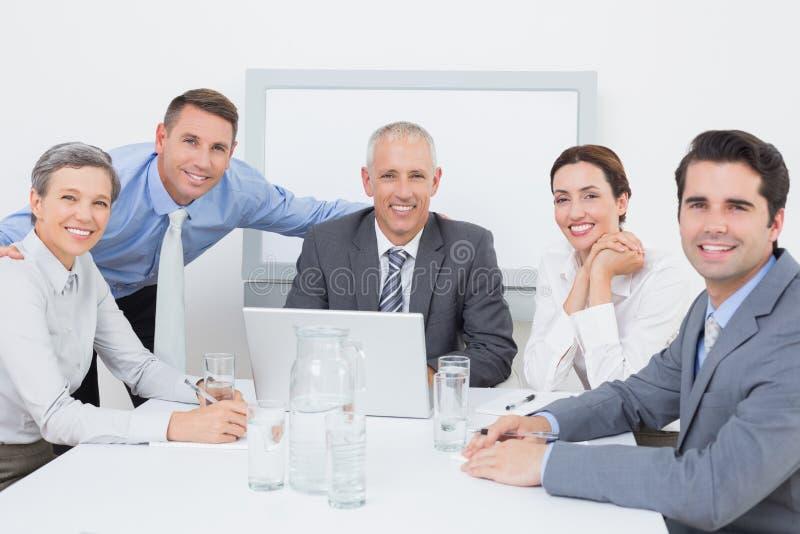 Commercieel team die gelukkig aan laptop samenwerken royalty-vrije stock afbeelding