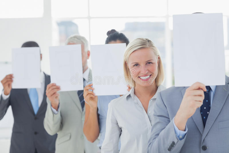 Commercieel team die gezicht behandelen met Witboek behalve één woma royalty-vrije stock afbeelding