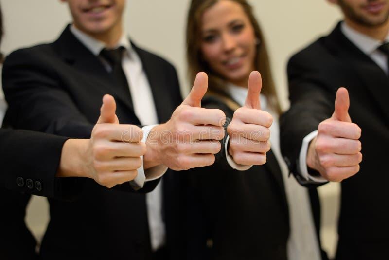 Commercieel team die hun duimen tegenhouden royalty-vrije stock foto's