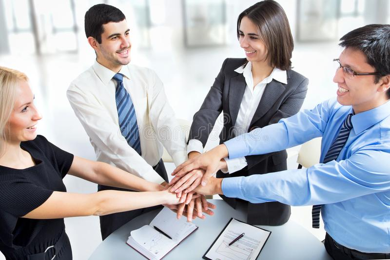 Commercieel team die hun handen bovenop elkaar zetten royalty-vrije stock foto's