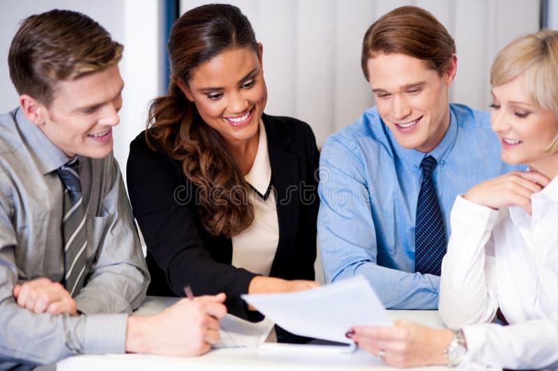Commercieel team die ideeën bespreken stock afbeeldingen