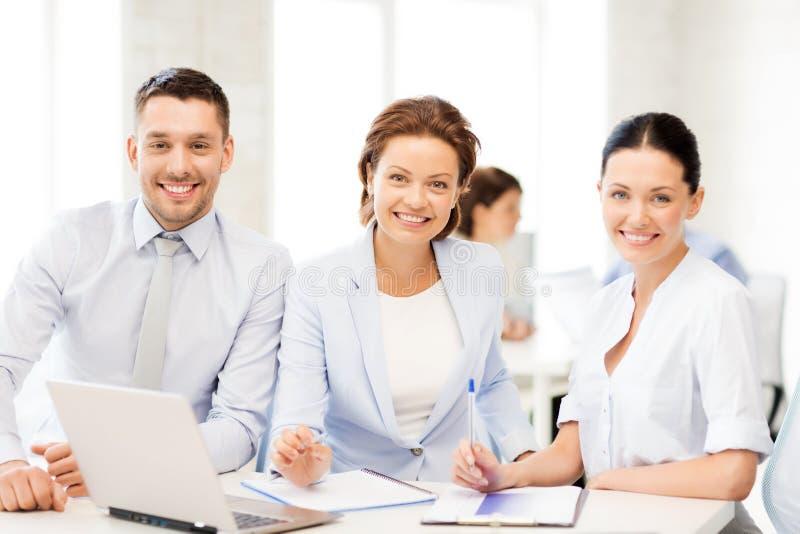 Commercieel team die iets in bureau bespreken royalty-vrije stock foto's
