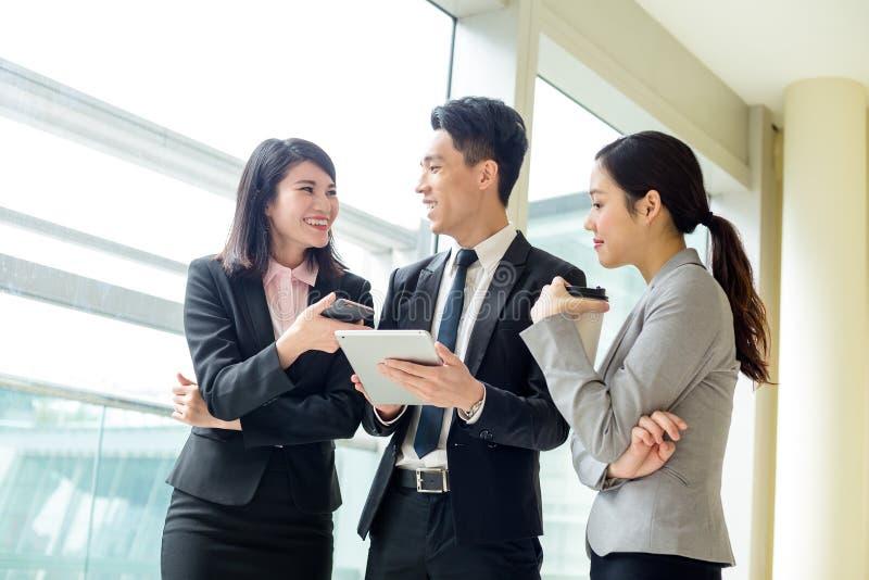 Commercieel team die iets op tabletcomputer bespreken stock afbeelding