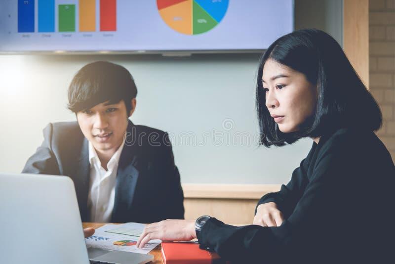 Commercieel team die inkomensgrafieken en grafieken met moderne overlapping analyseren royalty-vrije stock foto