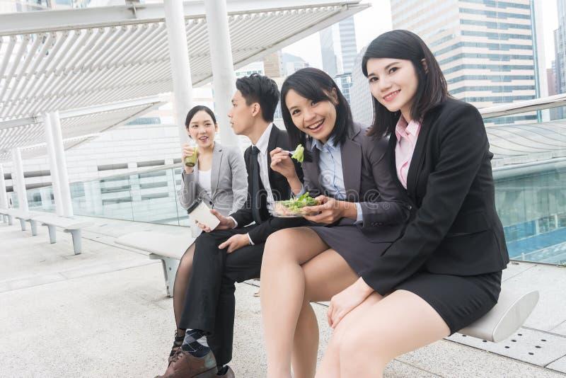 Commercieel team die lunch hebben stock afbeelding