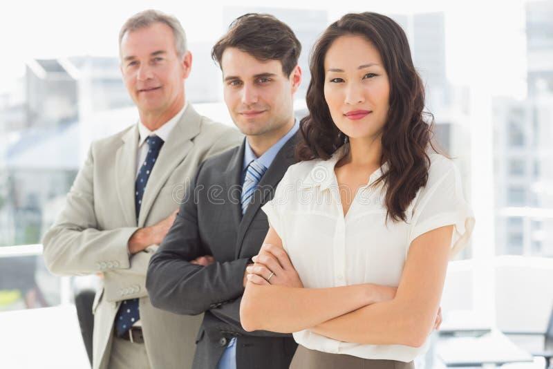Commercieel team die op een rij bevinden zich glimlachend bij camera royalty-vrije stock foto