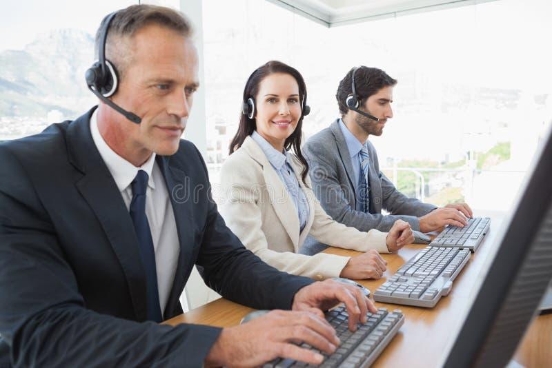 Commercieel team die op het call centre werken royalty-vrije stock foto's