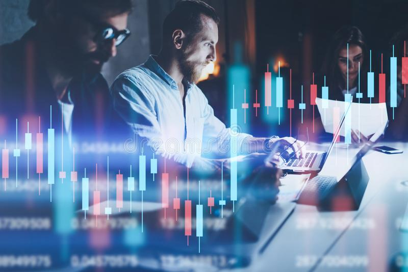 Commercieel team die op nachtkantoor samenwerken Technische prijsgrafiek en indicator, rode en groene kandelaargrafiek en royalty-vrije stock afbeelding