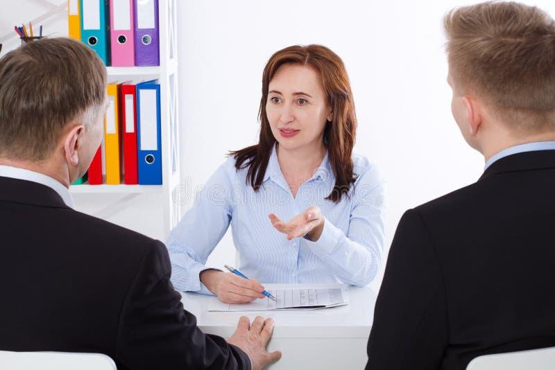 Commercieel team die samen businessplannen bespreken bij bureauachtergrond Het werk van het team Vrouwenwerkgever royalty-vrije stock foto