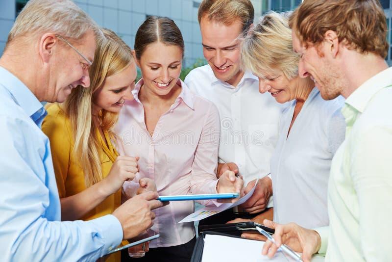 Commercieel team die tabletcomputer bekijken royalty-vrije stock afbeelding
