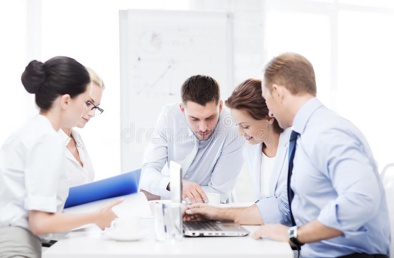 Commercieel team die vergadering in bureau hebben royalty-vrije stock afbeelding