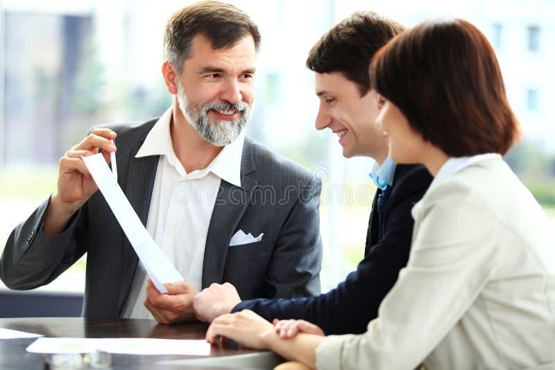 Commercieel team die vergadering in bureau hebben royalty-vrije stock foto