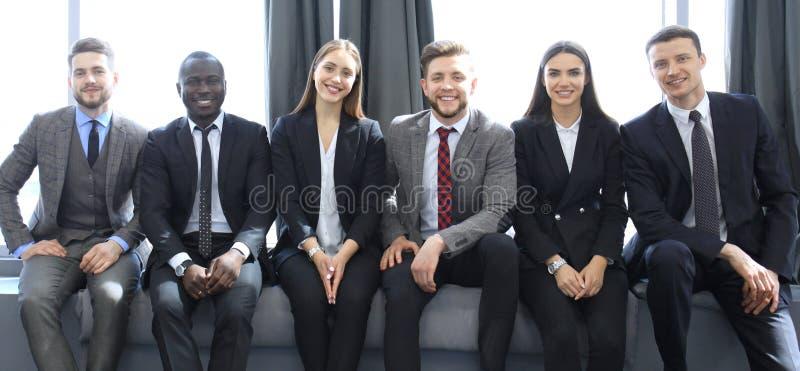 Commercieel team die vergadering in het bureau hebben royalty-vrije stock foto's