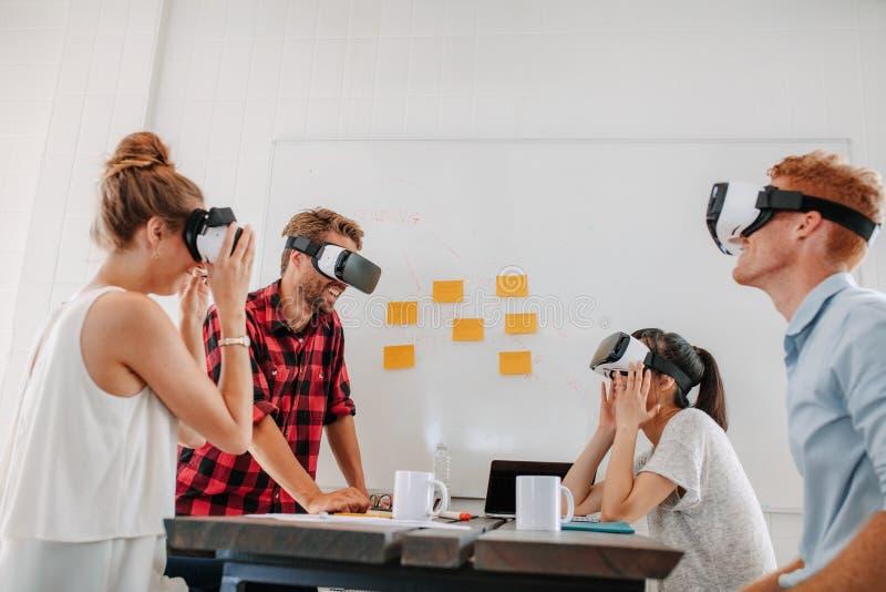 Commercieel team die virtuele werkelijkheidshoofdtelefoon in vergadering met behulp van stock afbeeldingen