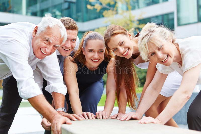 Commercieel team die voor succes samenwerken stock afbeelding