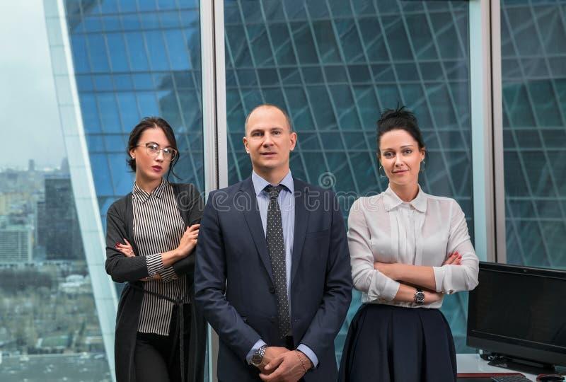 Commercieel team die zich in bureau bevinden stock fotografie