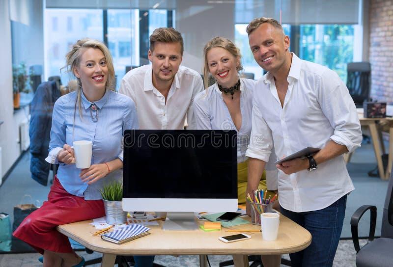 Commercieel team die zich in bureau naast computer bevinden royalty-vrije stock foto