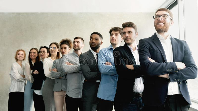 Commercieel team die zich in geleide rij met werkgever bevinden royalty-vrije stock afbeelding