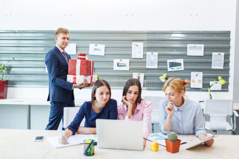 Commercieel team in een modern helder bureaubinnenland op het werk aangaande laptop royalty-vrije stock afbeeldingen