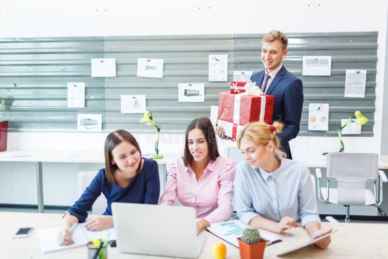 Commercieel team in een modern helder bureaubinnenland op het werk aangaande laptop stock afbeeldingen