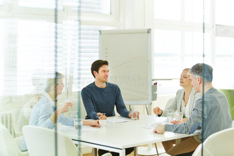 Commercieel team in een raadplegende vergadering stock foto's