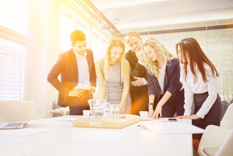 Commercieel team in een workshop royalty-vrije stock foto's