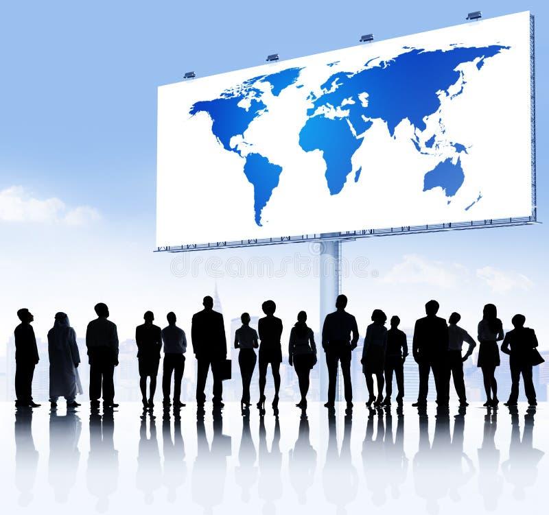 Commercieel Team en het Aanplakbord van de Wereldkaart stock fotografie