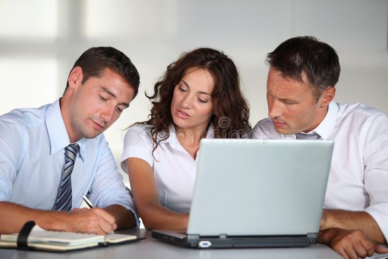 Commercieel team in het bureau stock fotografie