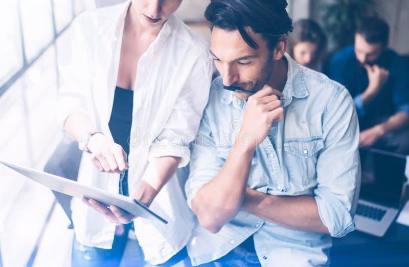 Commercieel team in het werk proces op kantoor projectleiders die bij het coworking van plaats samenkomen Panoramische vensters o stock foto