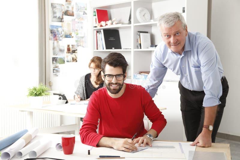 Commercieel team in kleine architectenstudio stock afbeeldingen