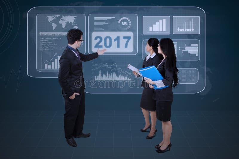 Commercieel team met het virtuele scherm op vergadering royalty-vrije stock afbeelding
