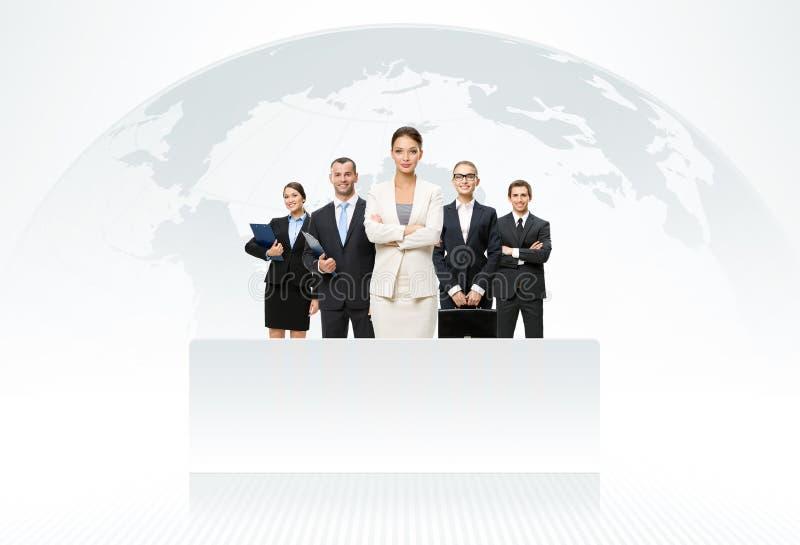 Commercieel team met kaart van de wereld op achtergrond royalty-vrije stock foto's