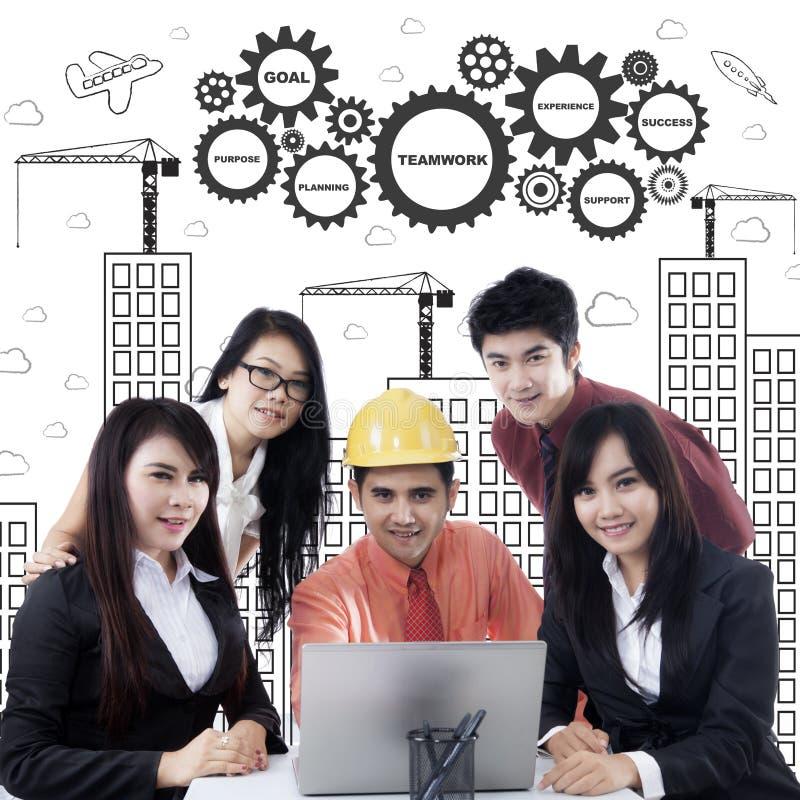 Commercieel team met laptop en gekrabbel stock afbeelding