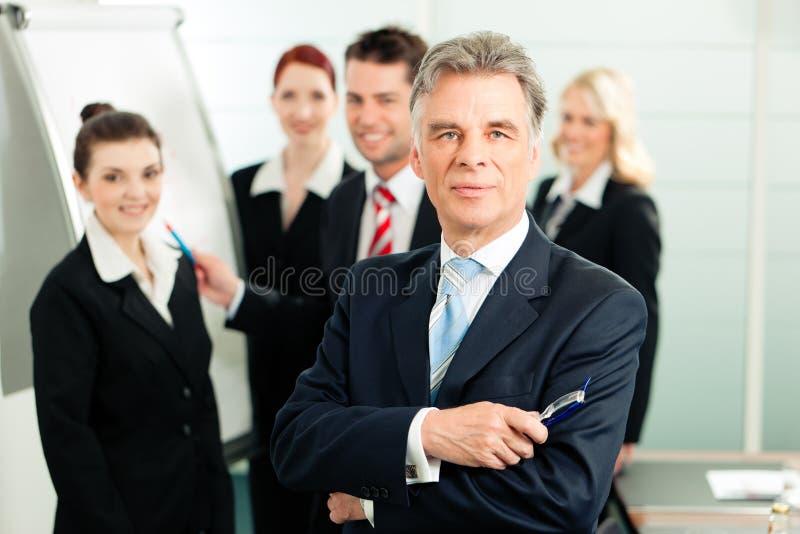 Commercieel Team met leider in bureau royalty-vrije stock afbeeldingen