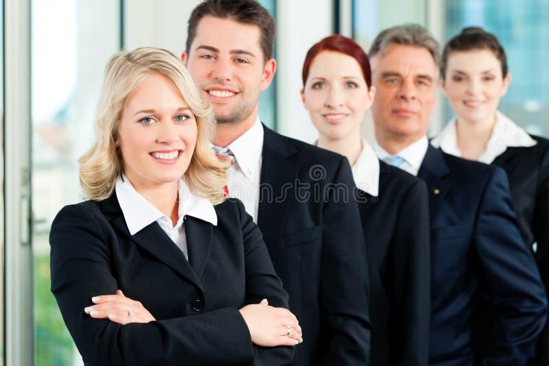 Commercieel Team met leider in bureau stock fotografie