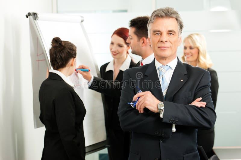 Commercieel Team met leider in bureau stock foto's