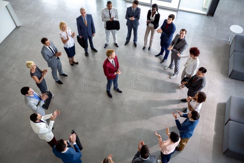 Commercieel team met leider in centrum van cirkel stock afbeeldingen