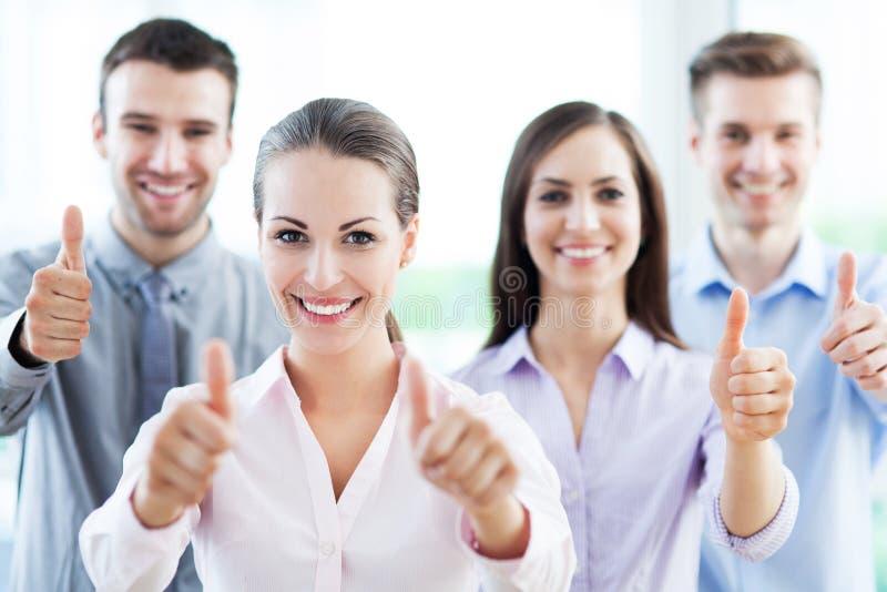 Commercieel team met omhoog duimen stock foto