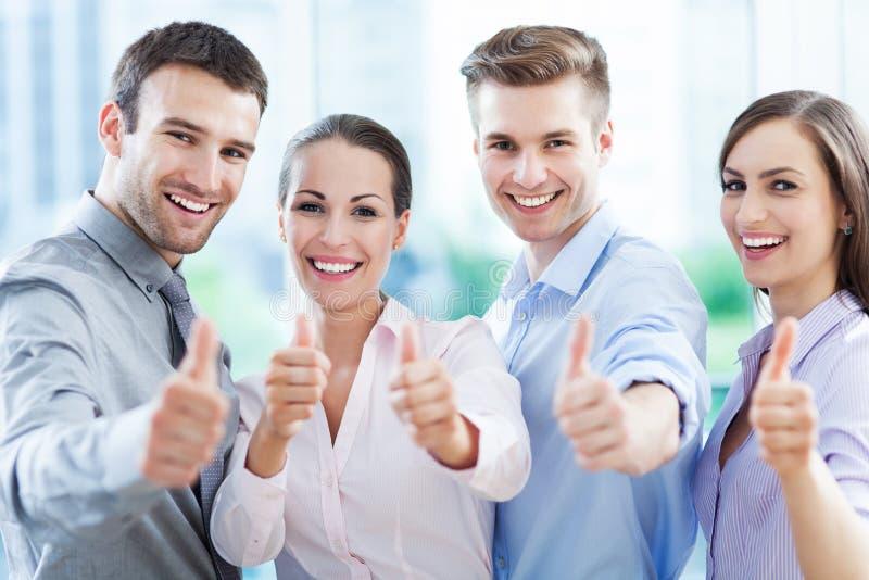 Commercieel team met omhoog duimen