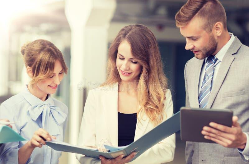 Commercieel team met tabletpc en omslagen op kantoor stock foto